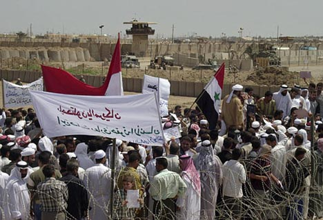 Iraqis protest outside Abu Ghraib prison 05.05.04
