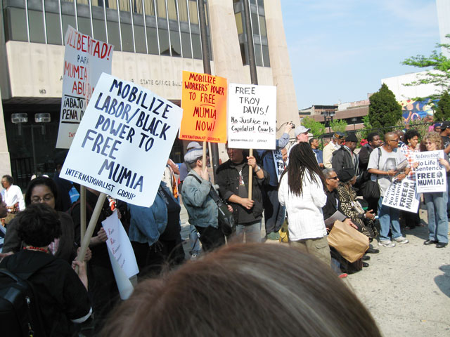 Internationalist Group at Harlem rally for Mumia Abu-Jamal, 8 May 2009. (Internationalist photo)