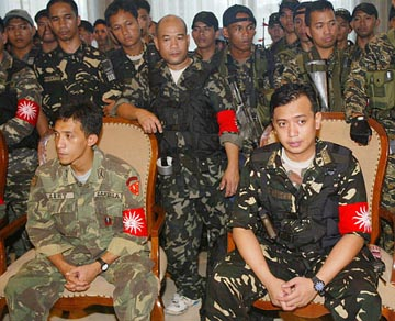 Philippine military mutineers, 27.07.03