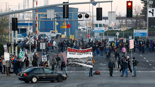 Occupy protesters in Portland picket Terminal 6 on December 12. (Photo: Rick Bowmer/AP)